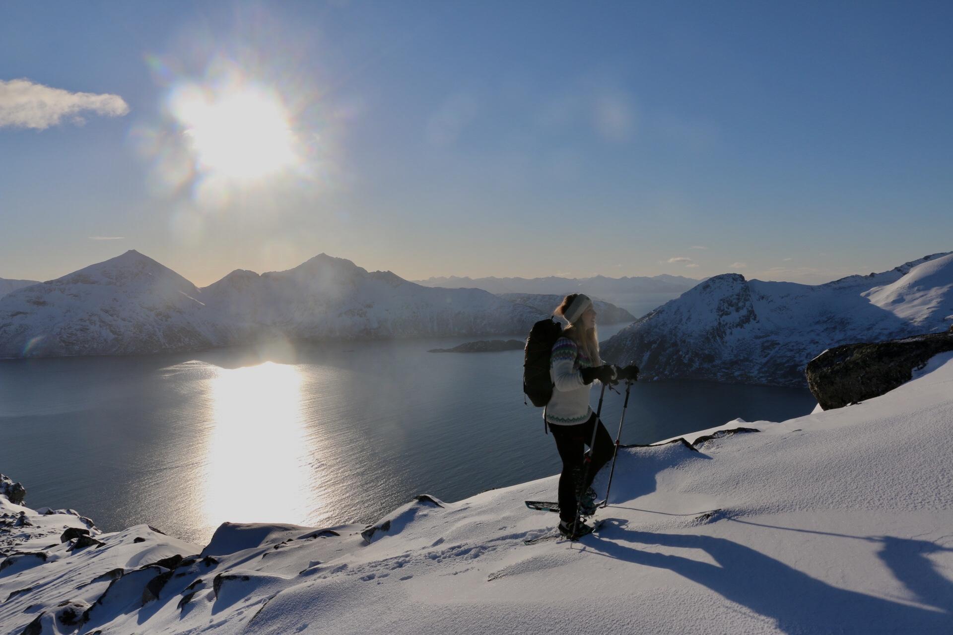 Pernille på vei opp. Breitinden 843moh, Ryptinden 656 moh og Bremnestinden 786 moh ses i bakgrunnen.