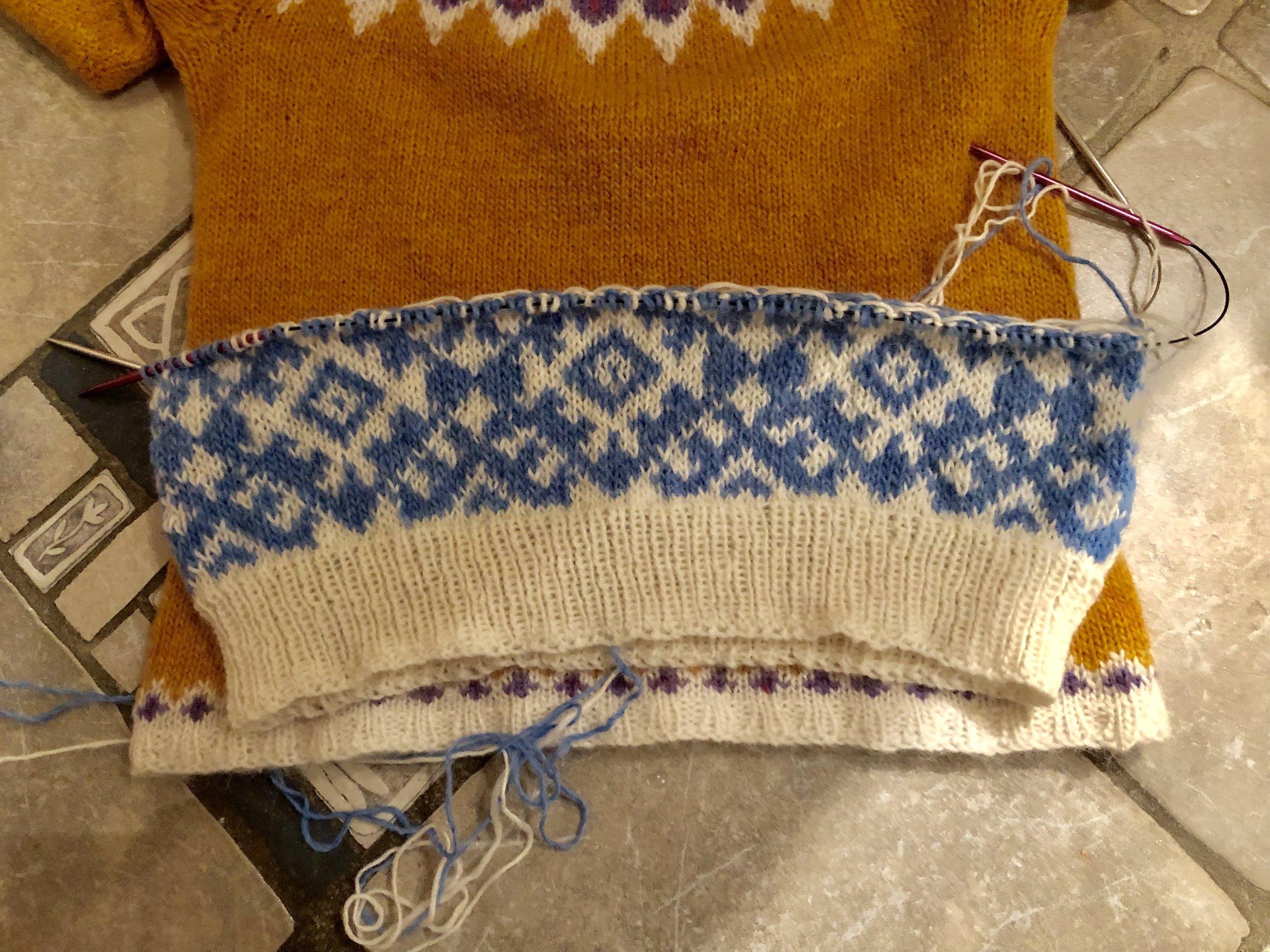 Synes den så liten ut, måtte måle på en Riddari jeg har fra før, som er strikket i samme garn på pinne 4,5. På grunn av alt mønsteret valgte jeg gå opp 0.5, til pinne 5, og da ble genseren helt passelig til meg. Tilsvarer en S/M.