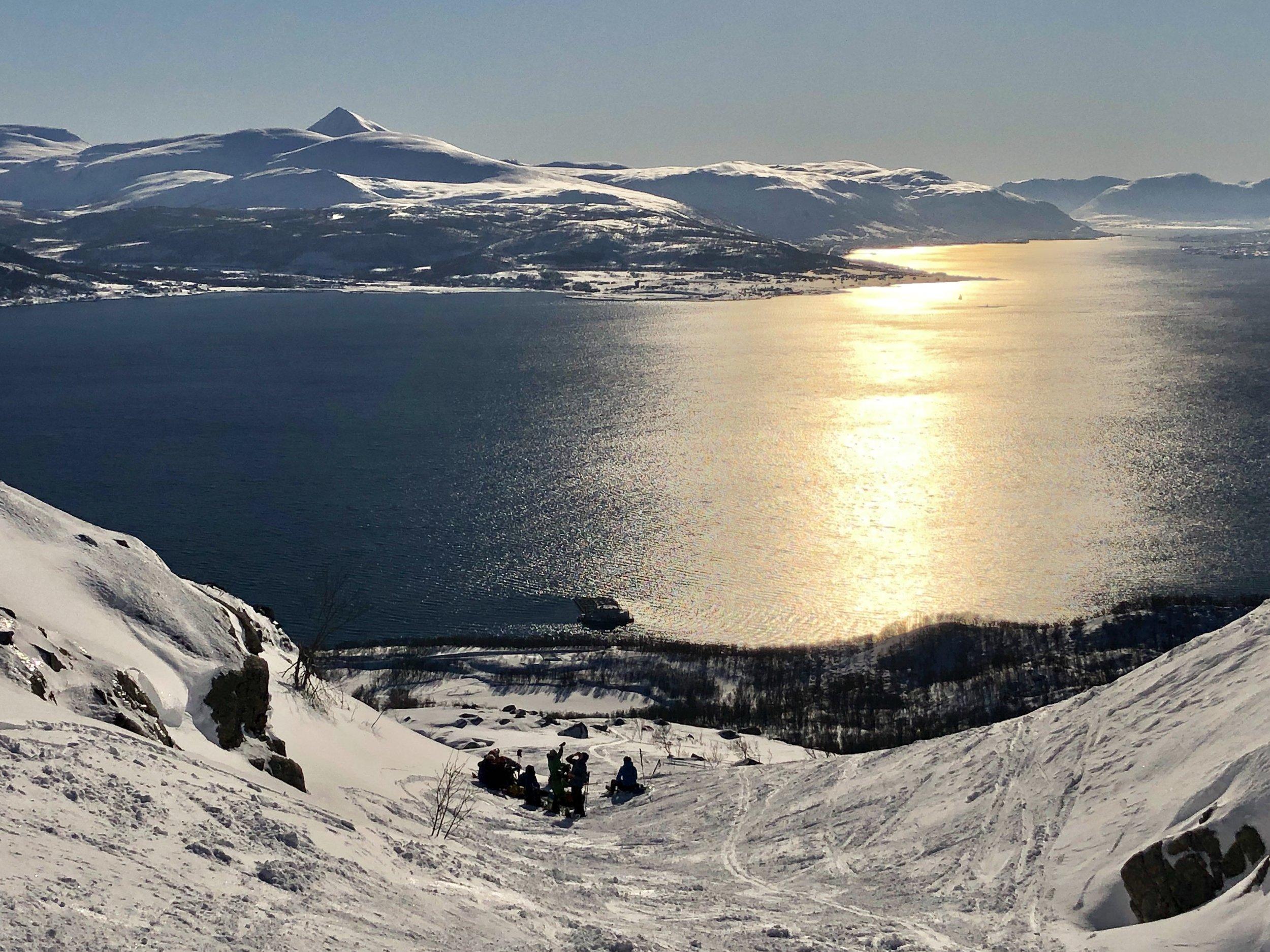 De 8 skituristene hadde funnet seg en vindstille plass. Her stoppet jeg også på vei ned