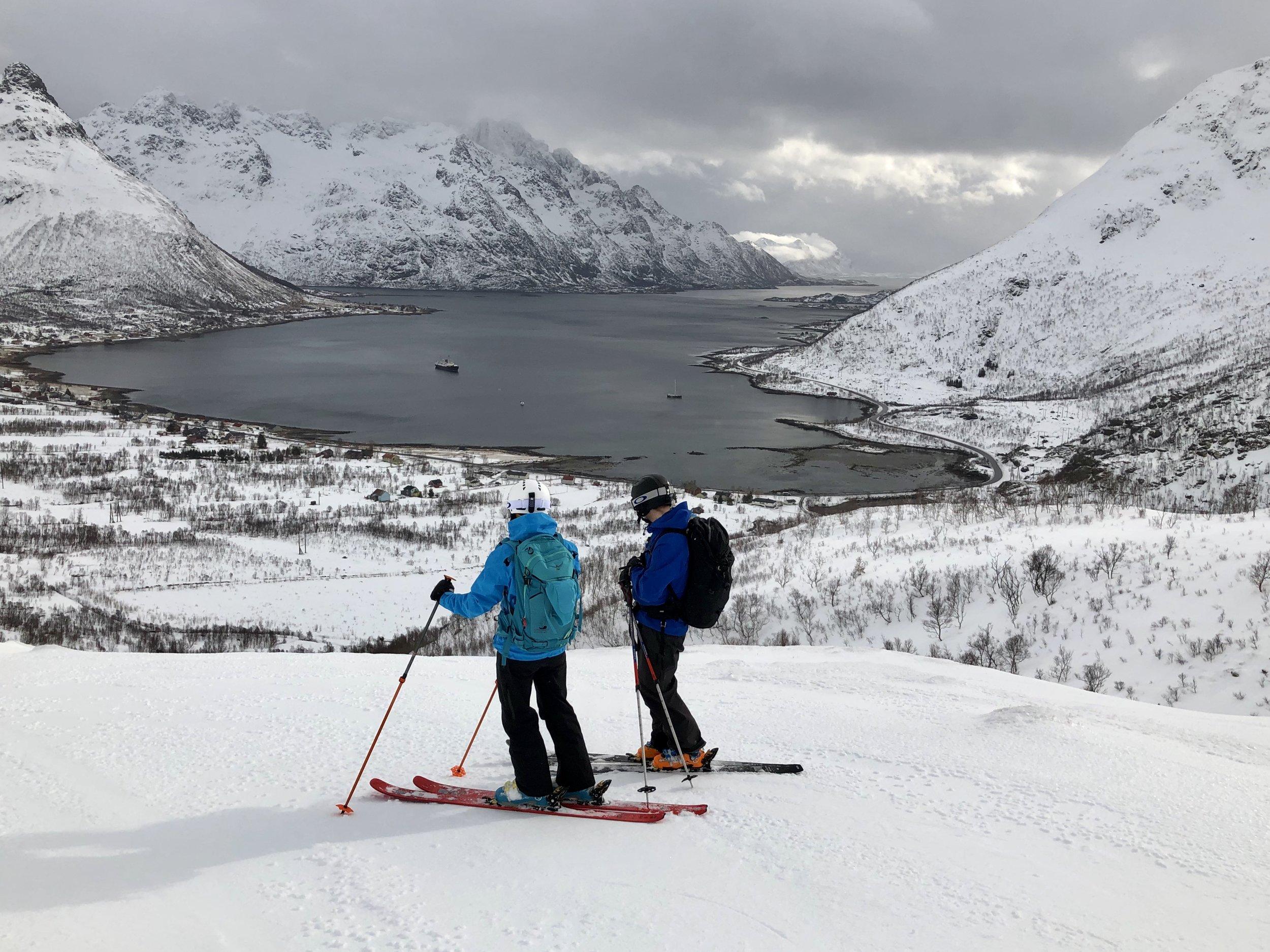 Ståle og Sigrid med utsikt ned mot Laupstad
