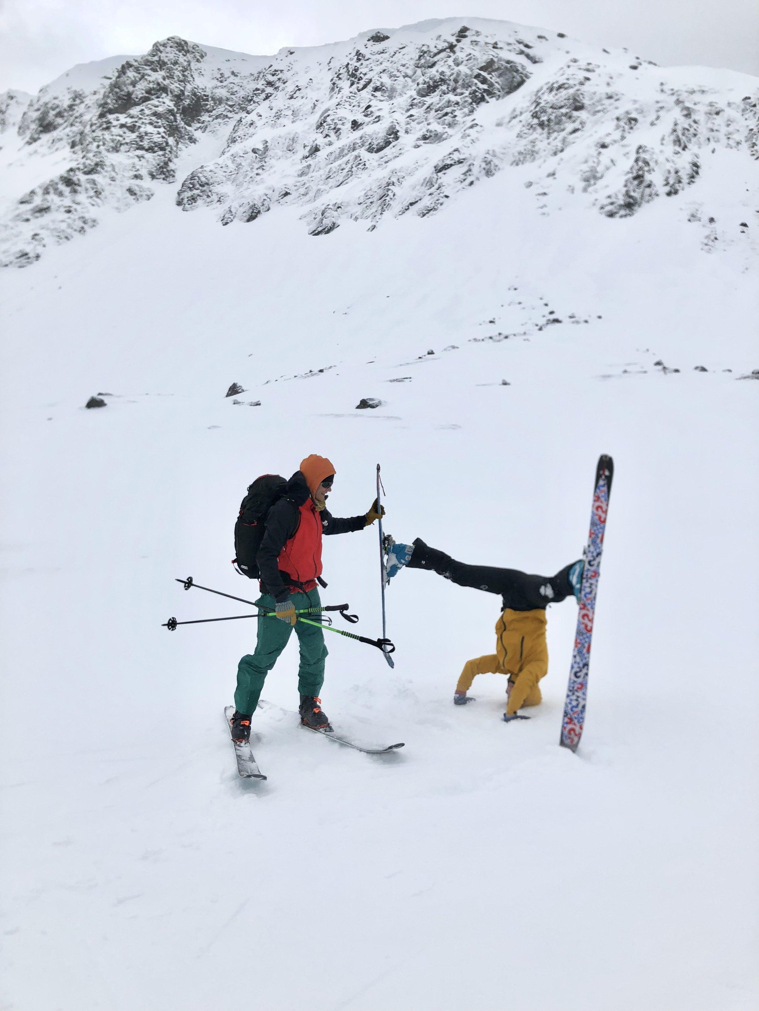 Charlotte ville stå på hodet med skiene på, og fikk litt hjelp fra guiden vår Lars Martin. Sprekt!