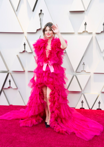 Go bold, or go home. Green Book actress, Linda Cardellini took a daring risk in an asymmetrical pink tulle gown by Schiaparelli Couture.