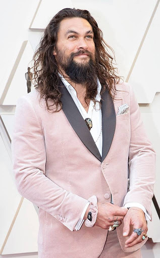Jason Momoa blessing us in a blush pink velvet Fendi suit. This look was casually paired with a matching scrunchie; Fendi, of course.