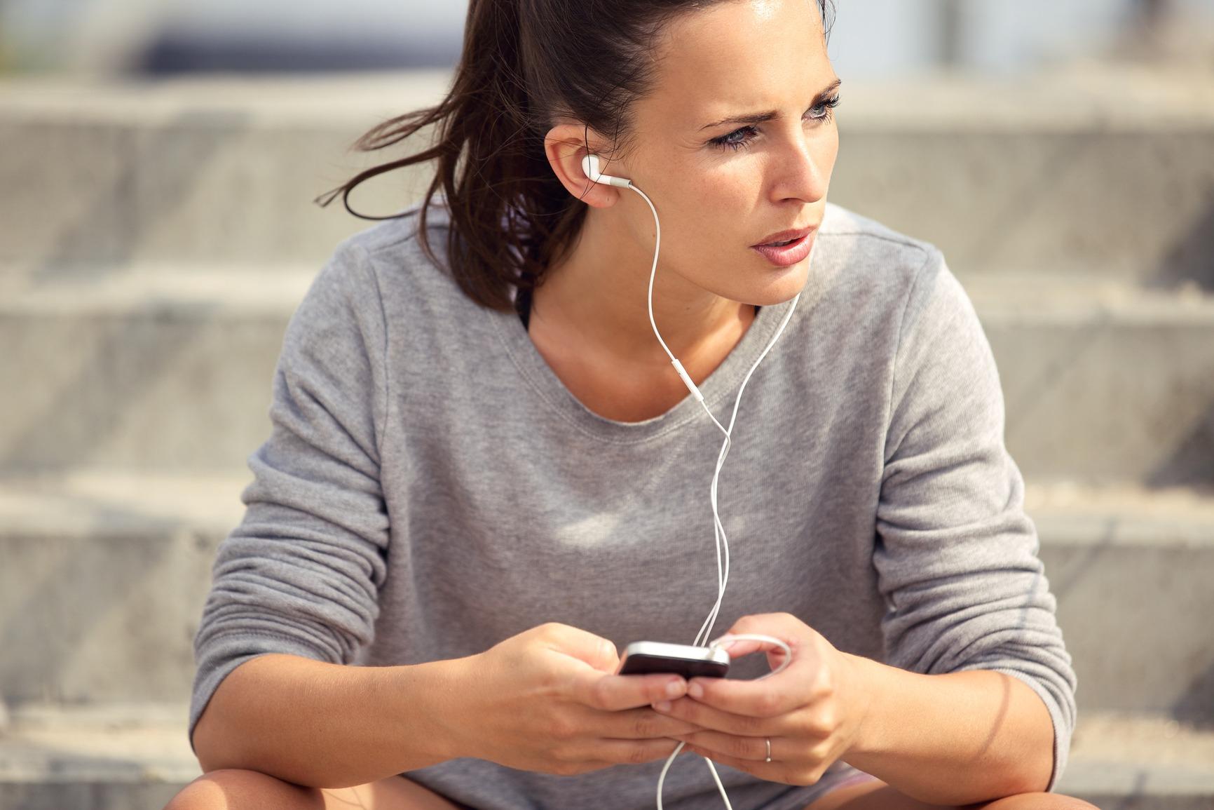 photodune-5473034-female-athlete-listening-to-mp3-music-m.jpg