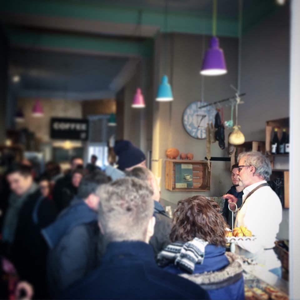 """Kleine Markthalle Sülz - Die """"Kleine Markthalle Sülz"""" ist ein authentischer Feinkostladen in Köln mit einer bunten Auswahl an Köstlichkeiten. Unsere Regale sind an kleine Manufakturen vermietet die der Produzent für den Verkauf seiner eigenen Produkte nutzen kann. Daraus entsteht die wunderbare Mischung aus den Bereichen Essen, Trinken und Genießen, also alles für echte Feinschmecker. Egal ob Wurst, Käse, Naturweine, Kaffee, Schokolade oder Gewürze, zu finden ist bei uns in der kleinen Markthalle alles, was das """"Genießer-Herz"""" begehrt.Jedes Produkt ist handgemacht und hat seine eigene Geschichte. Wir stehen für Individualität und Einzigartigkeit."""
