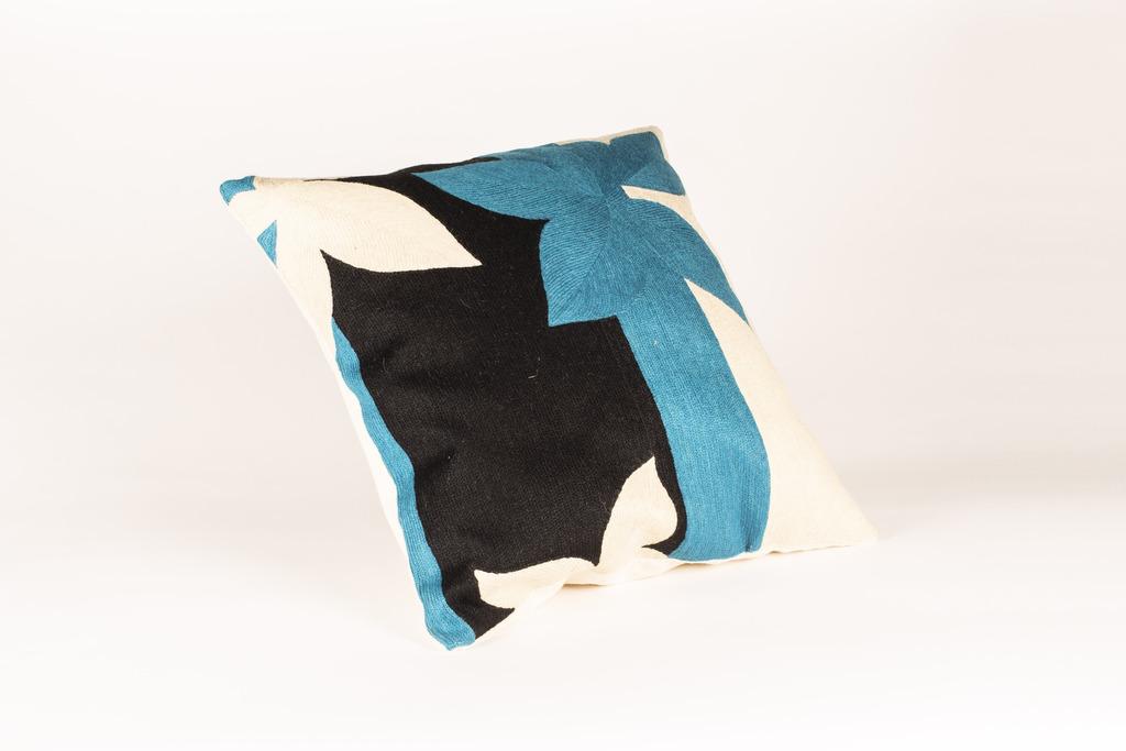 Coussin brodé motif arbre bleu