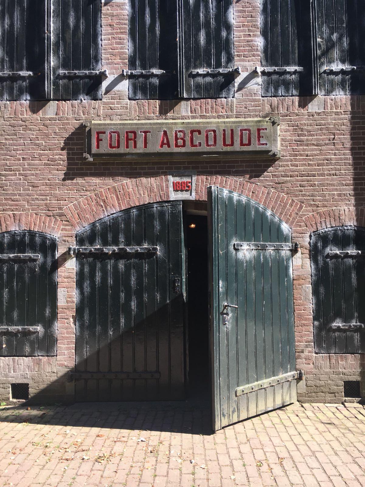 Wie zijn wij? - Wij zijn de ondernemers van 'Kool Geit Wolf'. Wij bieden bijzondere belevingen in en op het Fort Abcoude. Wij openen ook een proeflokaal waarin we de bijzondere producten van ondernemers uit de buurt van Abcoude in het bijzonder onder de aandacht willen brengen. De deuren op het Fort bij Abcoude zijn de afgelopen tijd veel open geweest. Wij zijn blij verrast met de hoeveelheid spontane en nieuwsgierige bezoekers uit Abcoude en omgeving.Wil je op de hoogte blijven van de ontwikkelingen op het Fort bij Abcoude, meld je aan voor de nieuwsbrief! Deze kun je helemaal onderaan de website vinden.