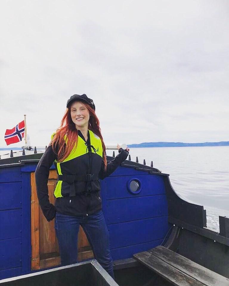 Møt Skipperen - Amanda, en lidenskapelig skipperjente med mange års erfaring som guide. Hun kommer opprinnelig fra Vestlandet og flyttet til Trondheim for å studere biologi ved NTNU - siden har hun forelsket seg i både en by og en Trønder. Etter å ha restaurert den døpte hun Åfjordsbåten sin til navnet Frøya og erobrer nå den vakre Trondheimsfjorden sammen med gjestene og skaper uforglemmelige opplevelser.