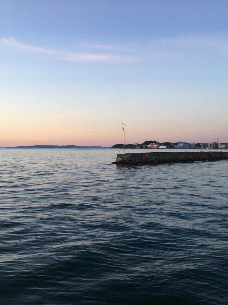 Hei, hyggelig å møte deg! - Trondheim by Boat er en unik opplevelse hvor vi viser deg Trondheim fra et helt nytt perspektiv! Reisen på havet langs kysten, på fjorder og elver har alltid vært en viktig del av livet i Norge – på våre turer tar vi dere med tilbake gjennom Trondheims historie mens vi seiler på Nidelva, viser dere fargerike solnedganger på fjorden og jager nordlysene som lyser opp himmelen en mørk vinternatt. Vår misjon er å tilby den mest autentiske opplevelsen i byen, på en tradisjonell Åfjordsbåt med en entusiastisk guide og kaptein.KONTAKT/BESTILLING (grupper opp til 12 personer): info@trondheimbyboat.com