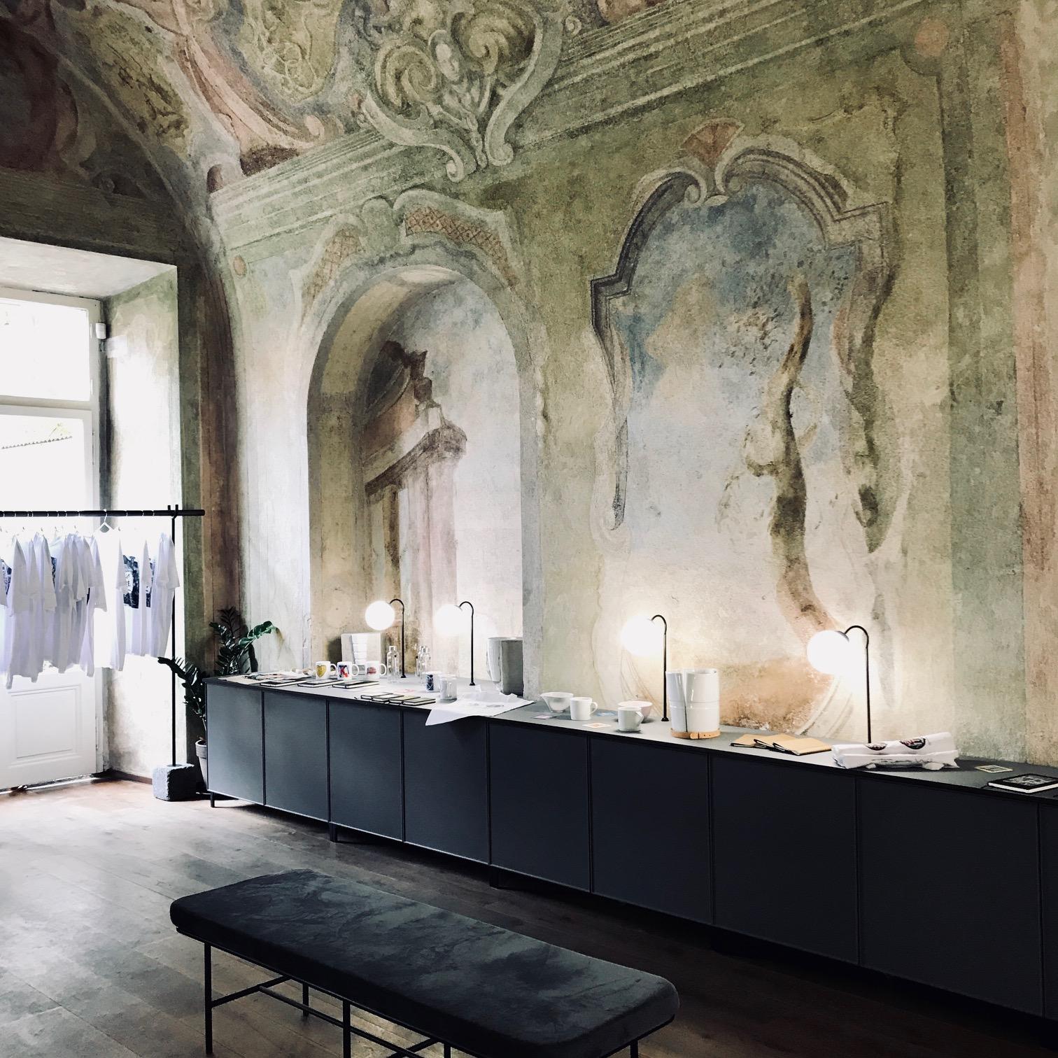 La galerie  Artisème  expose des objets de  designers tchèques . C'est un lieu unique à aller voir en allant au John Lennon Wall. L'intérieur avec ses hauts plafonds, son aspect brut et ses grandes ouvertures donne au lieu un  cachet  tout particulier.   www.artiseme.com