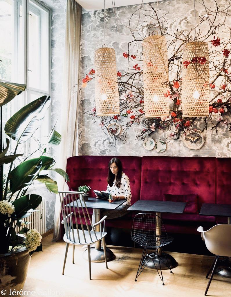 La Bohème Café  est un café concept store où vous pouvez acheter beaucoup de sorte de café mais également en boire de façons variées. Le lieu est très chaleureux, beaucoup de personnes viennent y travailler. Pour leurs décorations, en entrant on comprend pourquoi cet endroit a reçu le  prix du design d'intérieur tchèque  à son ouverture. Du  mobilier vintage , des belles  tapisseries  (Fornasetti), des  plantes vertes  et une  banquette en velours , tout y est pour s'y sentir bien.  Psssst, je n'ai pas réussi à faire une jolie photo, le café étant rempli à l'heure où j'y étais, mais Jérôme Galland en a fait une top !   www.labohemecafe.eu