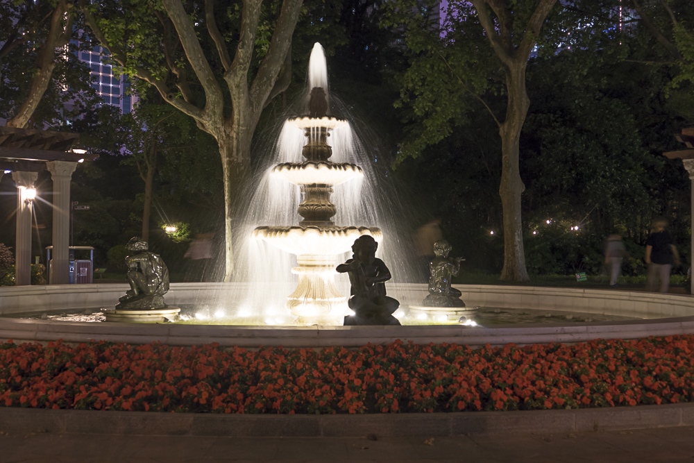 Fountain in Xiangyang Park at night