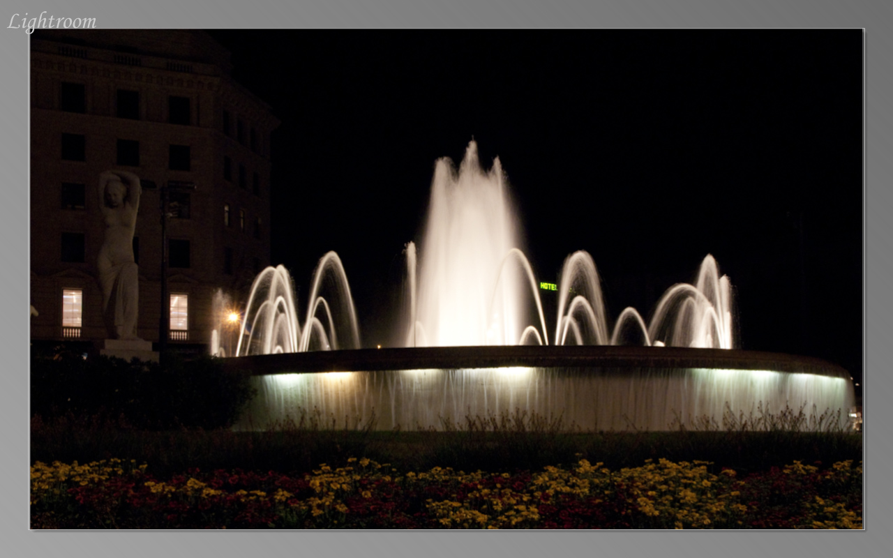 Night view of the fountain at Placa de Catalunya