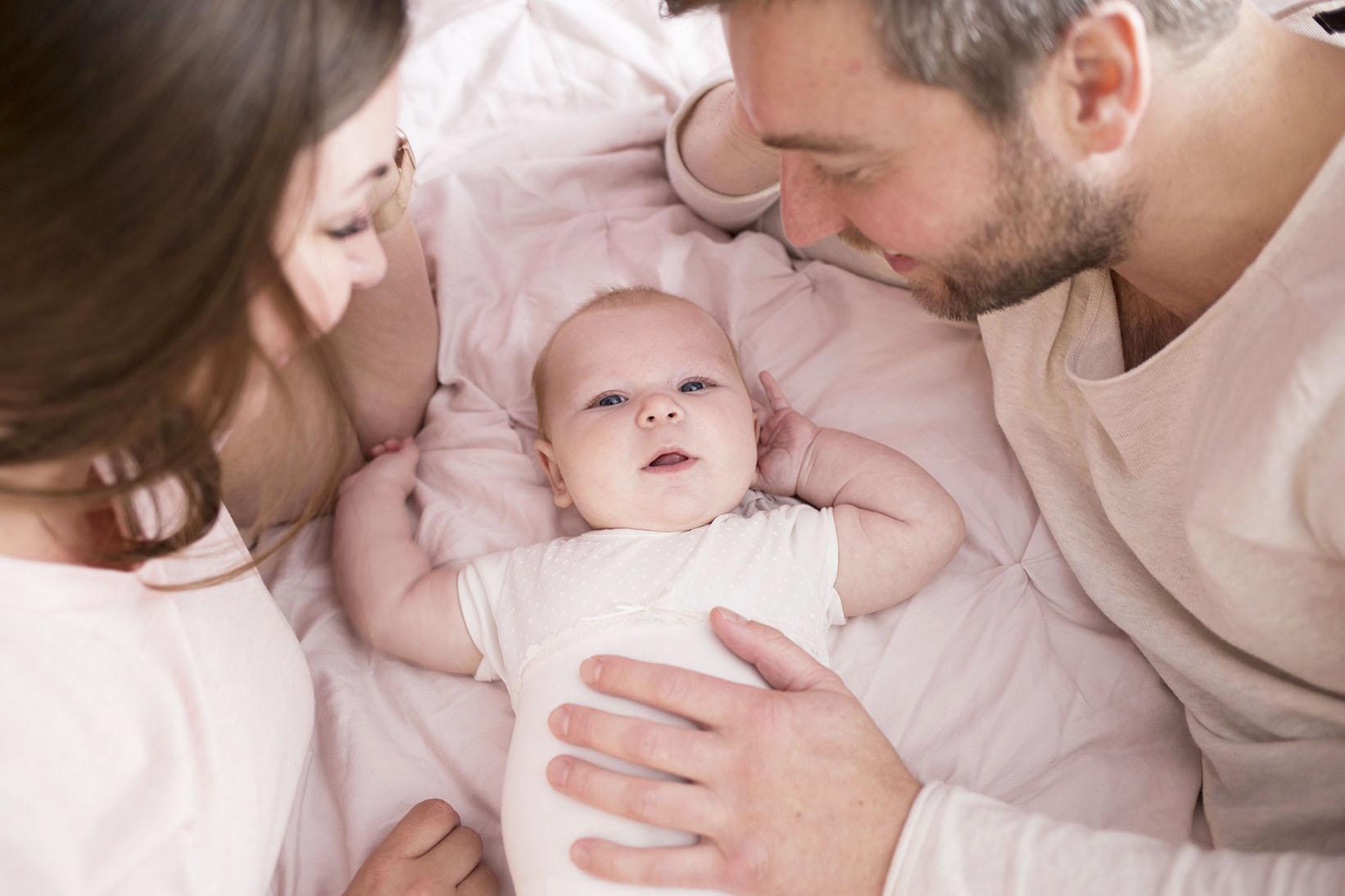 """'Zo natuurlijk en fijn' - """"Iedereen waarschuwde me al dat de tijd veel sneller gaat wanneer je moeder bent, en dat is ook echt zo! Niet alleen de tijd gaat super snel, maar je kleine baby verandert ook terwijl je naar hem/haar kijkt. Ze leren zo snel en het echte 'baby' is er zo af. Toen Jane 4 maanden was is Kiri bij ons geweest om wat foto's te maken. Kiri was zo ontspannen en gaat zo natuurlijk en fijn om met je baby. Daardoor waren de foto's zo goed gelukt! Echt fijn dat deze mooie momenten zo prachtig vastgelegd zijn door Kiri!"""" - Shana & Magchiel S."""