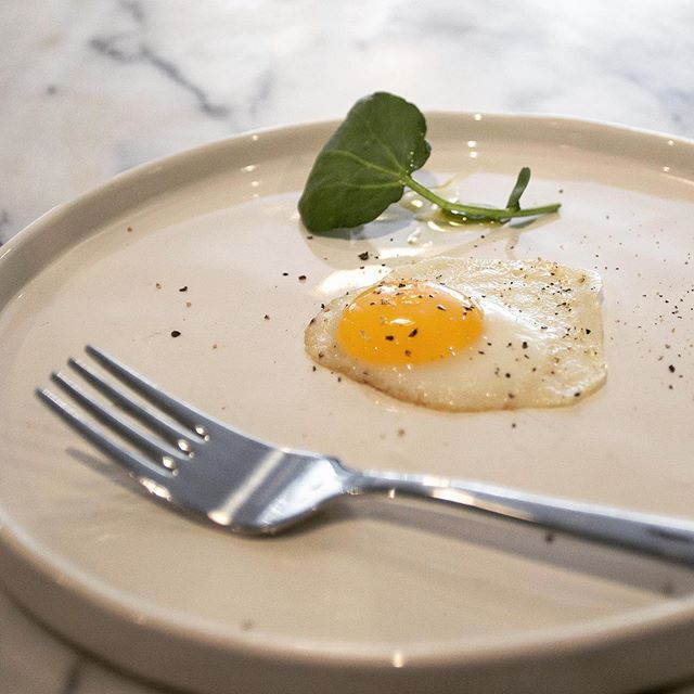 Quail egg sunny side up 🤷🏼‍♀️🤷🏼‍♀️ #quail #egg #brunch #breakfast #londonfields #hackney #broadwaymarket #beaucheeseandwine #beaufarm #beaufarmgoats #cheeseandwine #cheese #wine #food #foodie #foodphotography #lifestyle #local #farm #uk #london #eastlondon