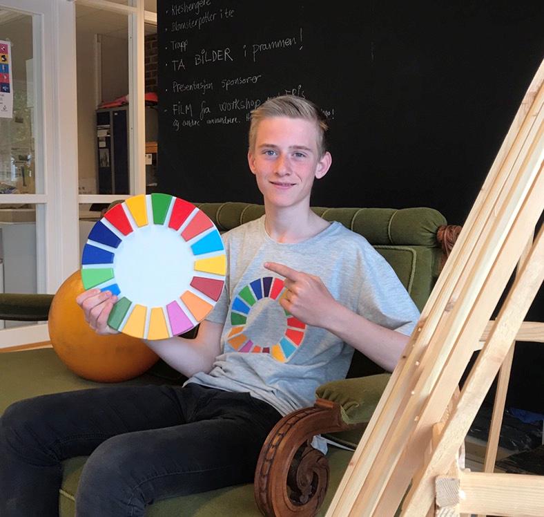 På bildet kan vi se meg Anders F. Kristiansen og alle fargene som symboliserer verdensmålene.