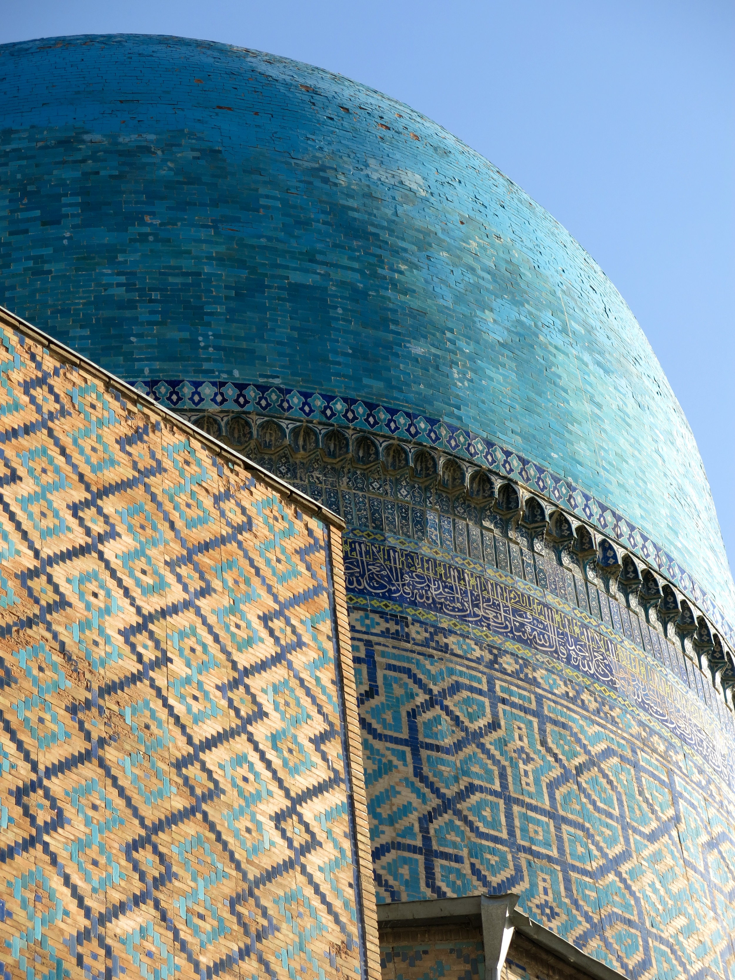 The blue dome of the Tilla-Kari mosque from outside