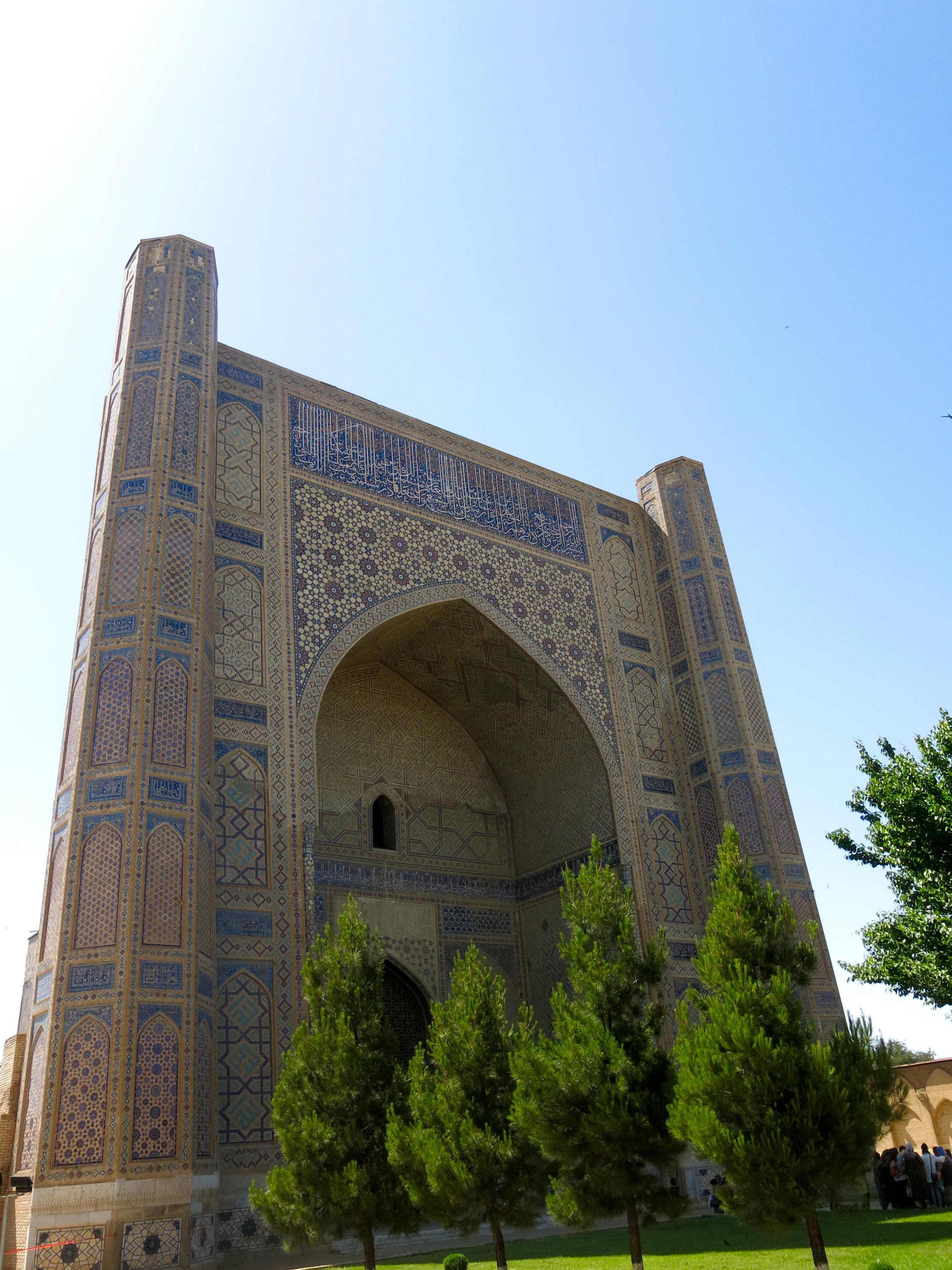 The gigantic entrance hall of Bibi-Khanym mosque