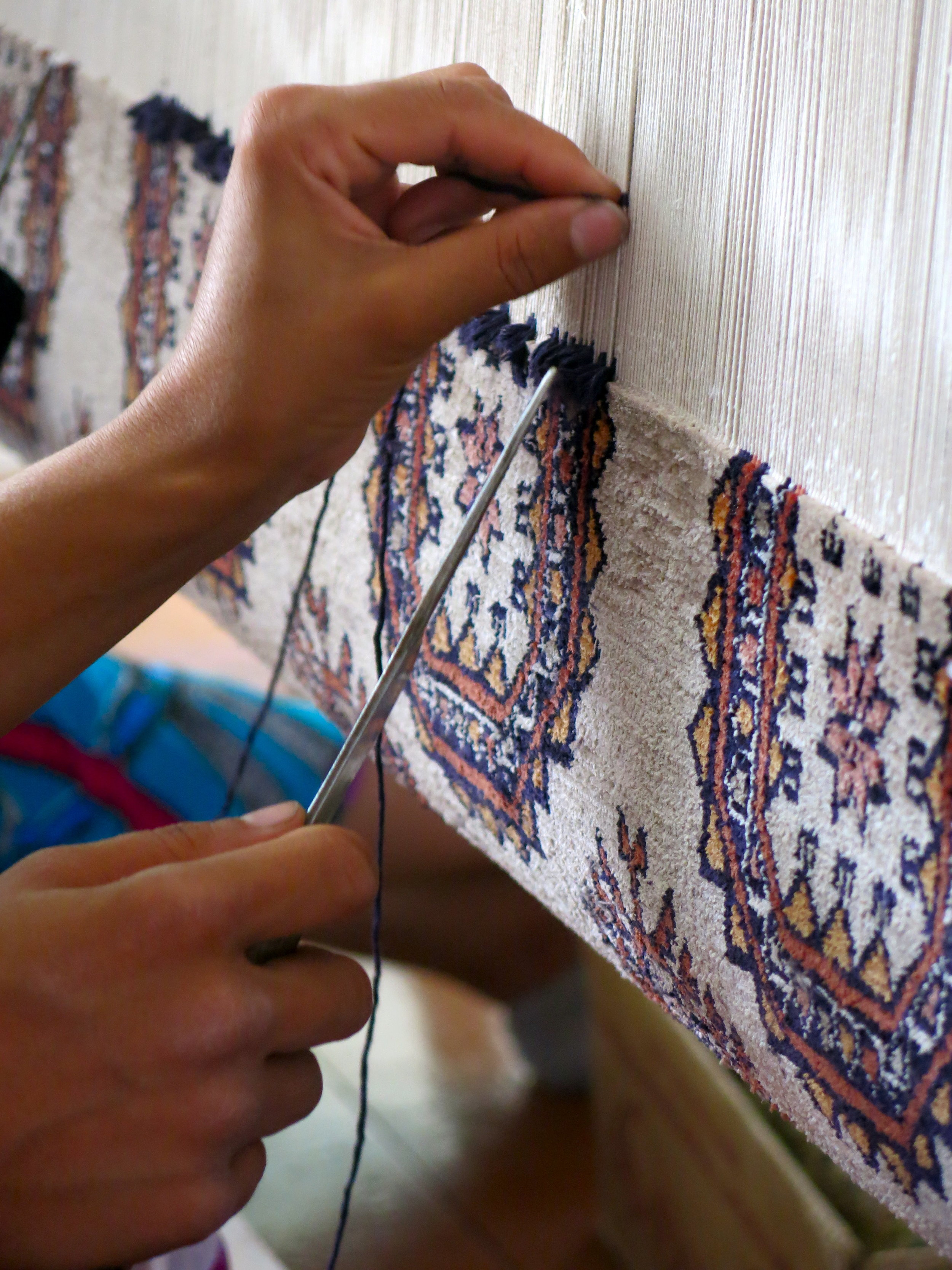 Observing the precision of the gesture of carpet weavers