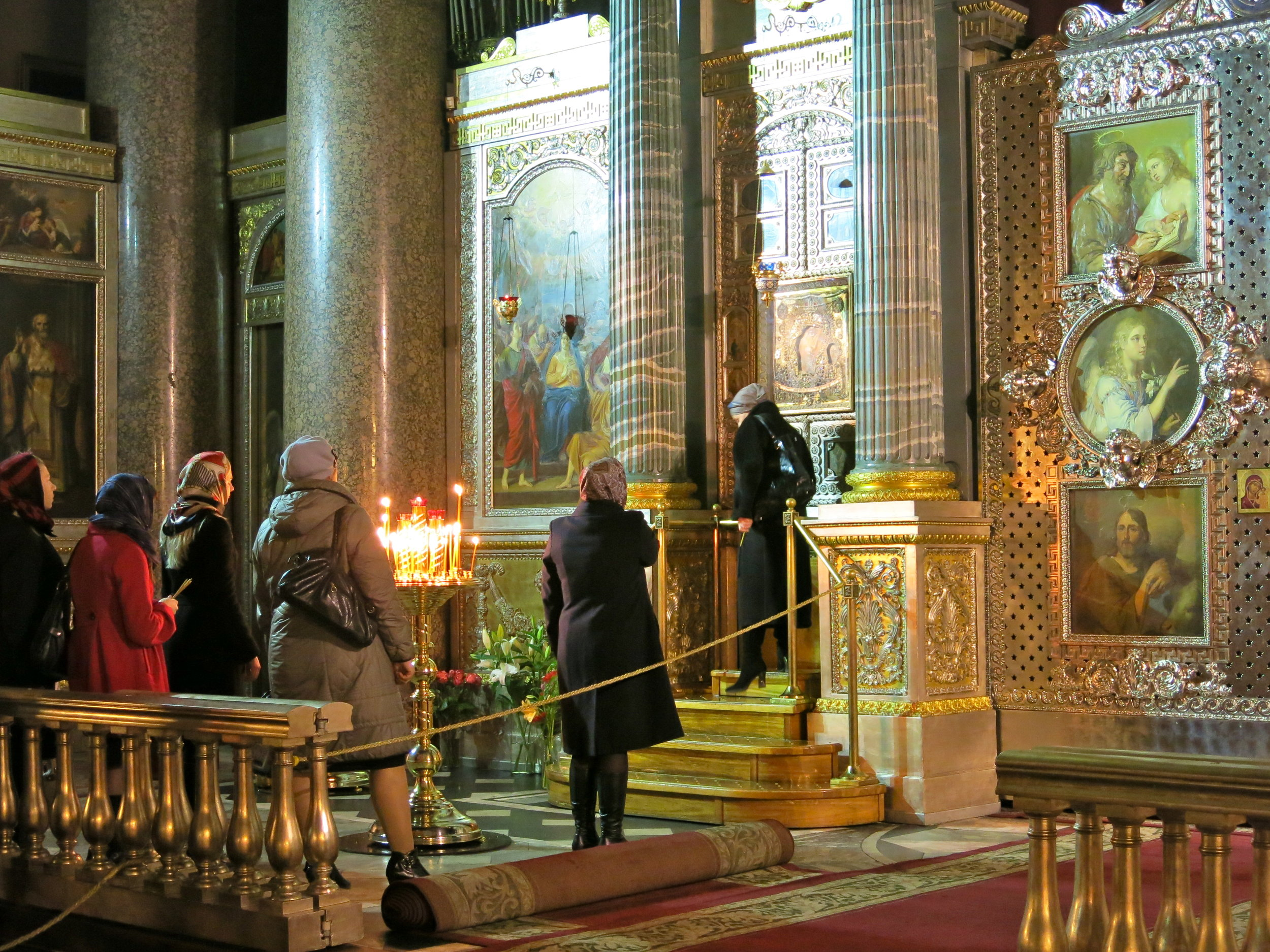 Women waiting in line to pray the icon of the Lady of Kazan