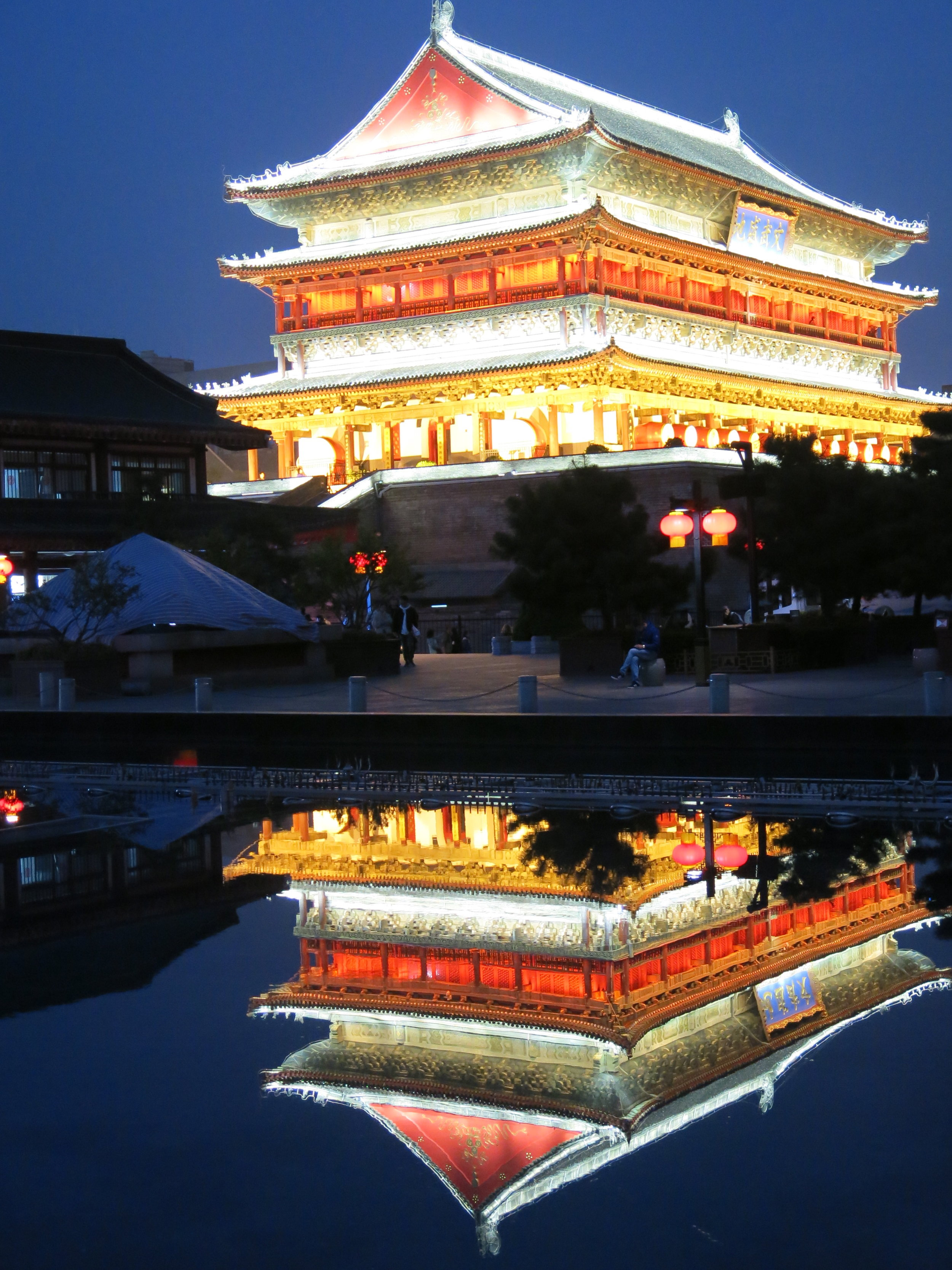 At night, the Drum Tower becomes magical !