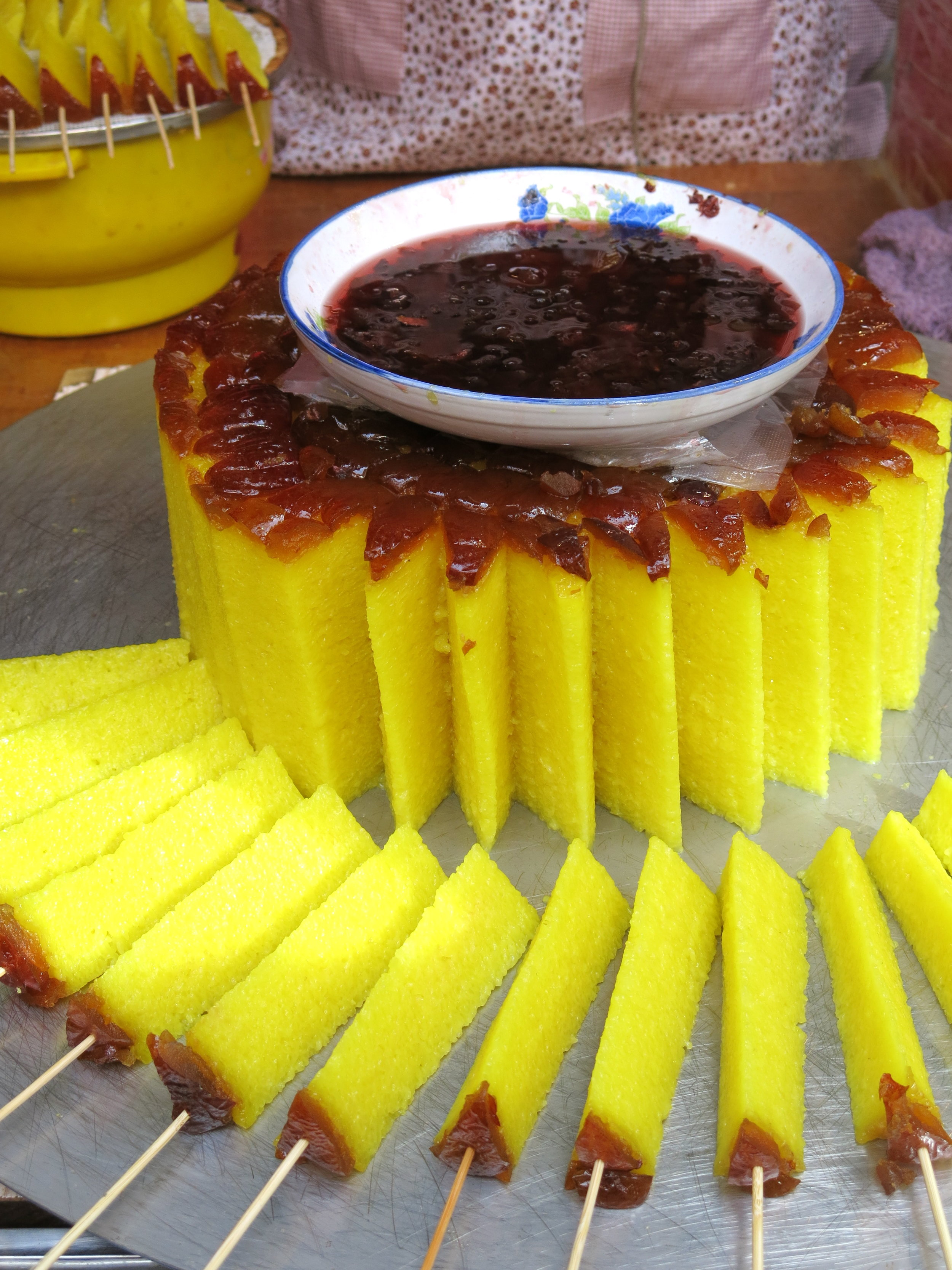 Yellow cake with a marmelade dip
