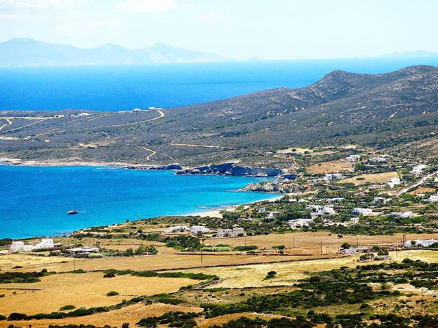 Panorama on Antiparos from the entrance of the famous caves. . The island is definitely peaceful and can be enjoyed on a day trip from Paros. . The ferry crossing from Pounta to the village of Antiparos lasts around ten minutes.