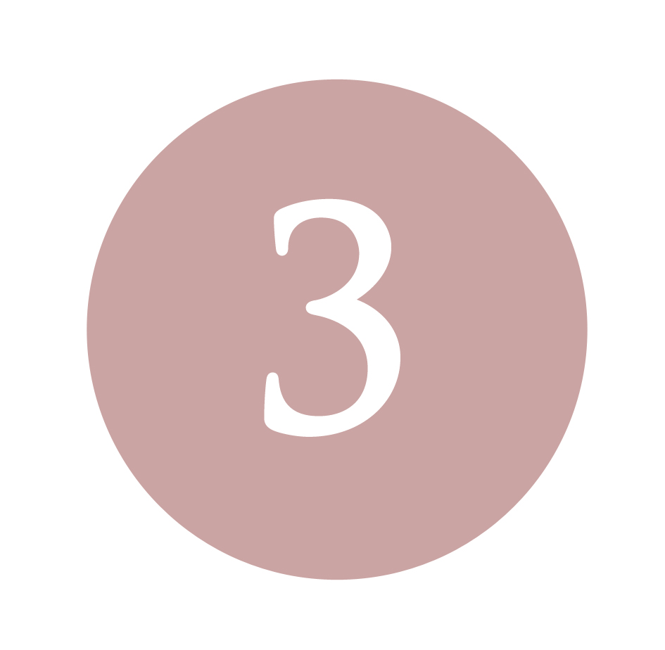 Applica la Crema Anti-Rughe Uomo e la Crema Contorno Occhi - Dopo aver atteso il completo assorbimento del siero, applicare la Crema Anti-Rughe Uomo specifica per la pelle maschile, con piccoli movimenti circolatori dall'interno del viso verso l'estero picchiettando con i polpastrelli. Nella zona del Contorno Occhi si consiglia di applicare la crema specifica pizzicando leggermente le palpebre. Si consigliano due applicazioni al giorno mattina e sera.