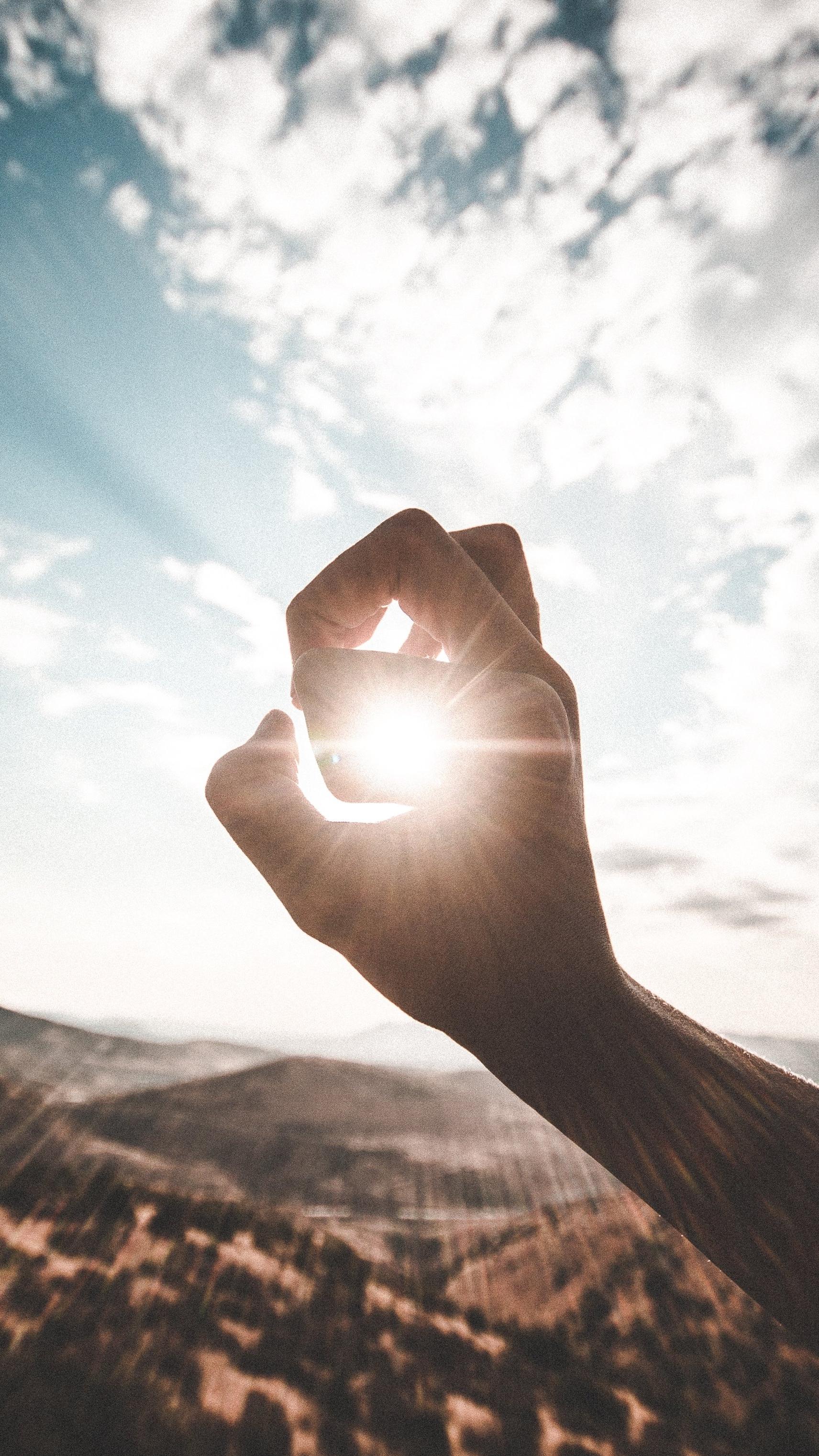 Il Sole fa bene o male? Perché solo su alcuni soggetti appaiono le Macchie Solari? - Anche se non siete amanti della tintarella e in realtà quando andate al mare preferite passare tutto il tempo a dormire sotto l'ombrellone, veniamo tutti in contatto con i raggi solari UVA UVB, è inevitabile.In alcuni di noi i raggi solari sono la causa di antiestetiche macchie della pelle. Questo accade quando la nostra pelle si indebolisce. Le ragioni di un indebolimento del tessuto cutaneo sono molteplici, solo per citare qualche esempio le cause possono essere: l'assunzione di farmaci, un indebolimento dello stato di salute, l'avanzare dell'età, il ciclo mestruale non regolare, l'instaurasi di una gravidanza.La formazione delle macchie è uno stato infiammatorio della pelle, i melacociti iper-attivati producono una iper-quantità di melanina, con la conseguente comparsa del melasma, comunemente detto, macchia della pelle.