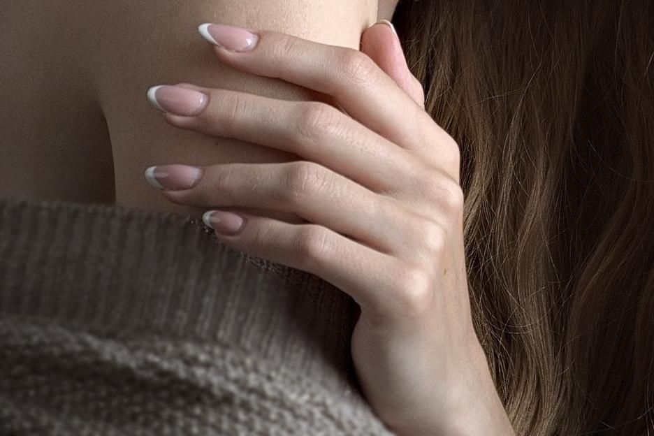 La 'Beauty Routine' Fiori di Cipria - La pelle delle mani ha bisogno di essere costantemente idratata, nutrita e protetta mediante l'uso di cosmetici idonei per riequilibrare la funzione della barriera cutanea, prevenendo così i segni dell'invecchiamento precoce, le macchie della pelle, le screpolature e gli arrossamenti.Prenditi cura delle tue mani con semplici gesti quotidiani…