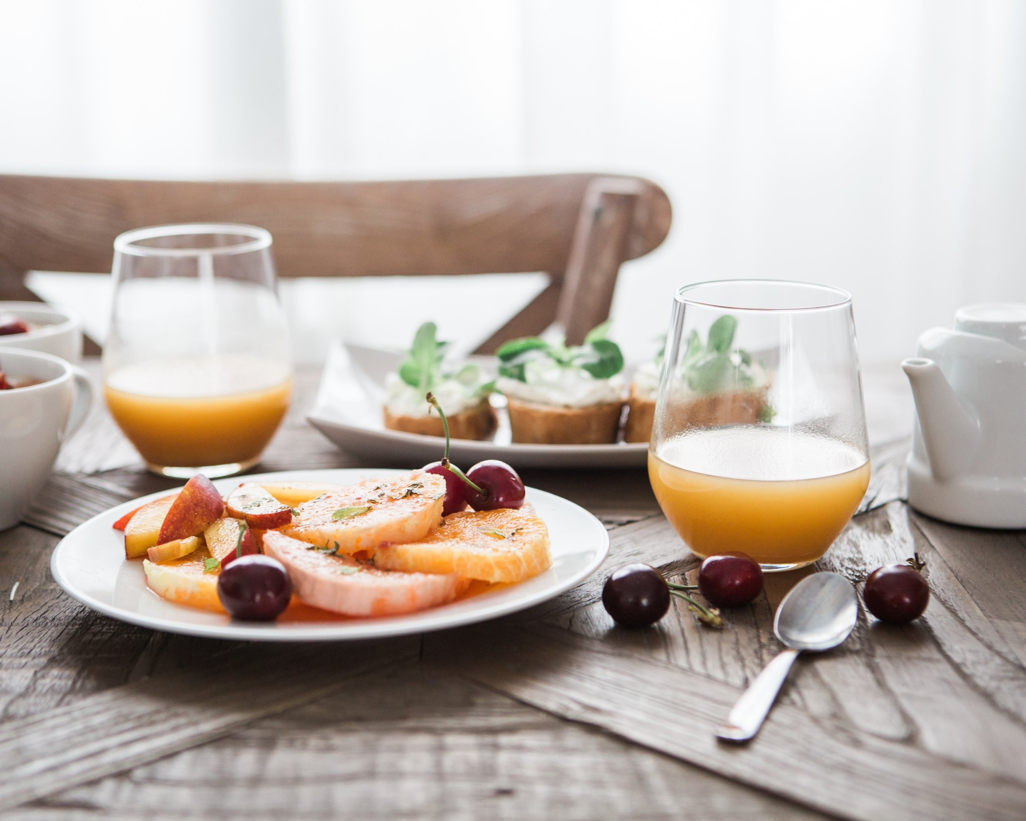 Avere un'alimentazione corretta - Una buona alimentazione rafforza i muscoli. Proteine adeguate, essenziali per rafforzare i muscoli, si possono trovare in certi alimenti come uova, legumi, frutta secca, mele con la buccia.Antiossidanti come frutti rossi sono la risorsa per contrastare i radicali libri e la Vitamina C contenuta in molti frutti permette di accellerare il metabolismo e di bruciare i grassi.