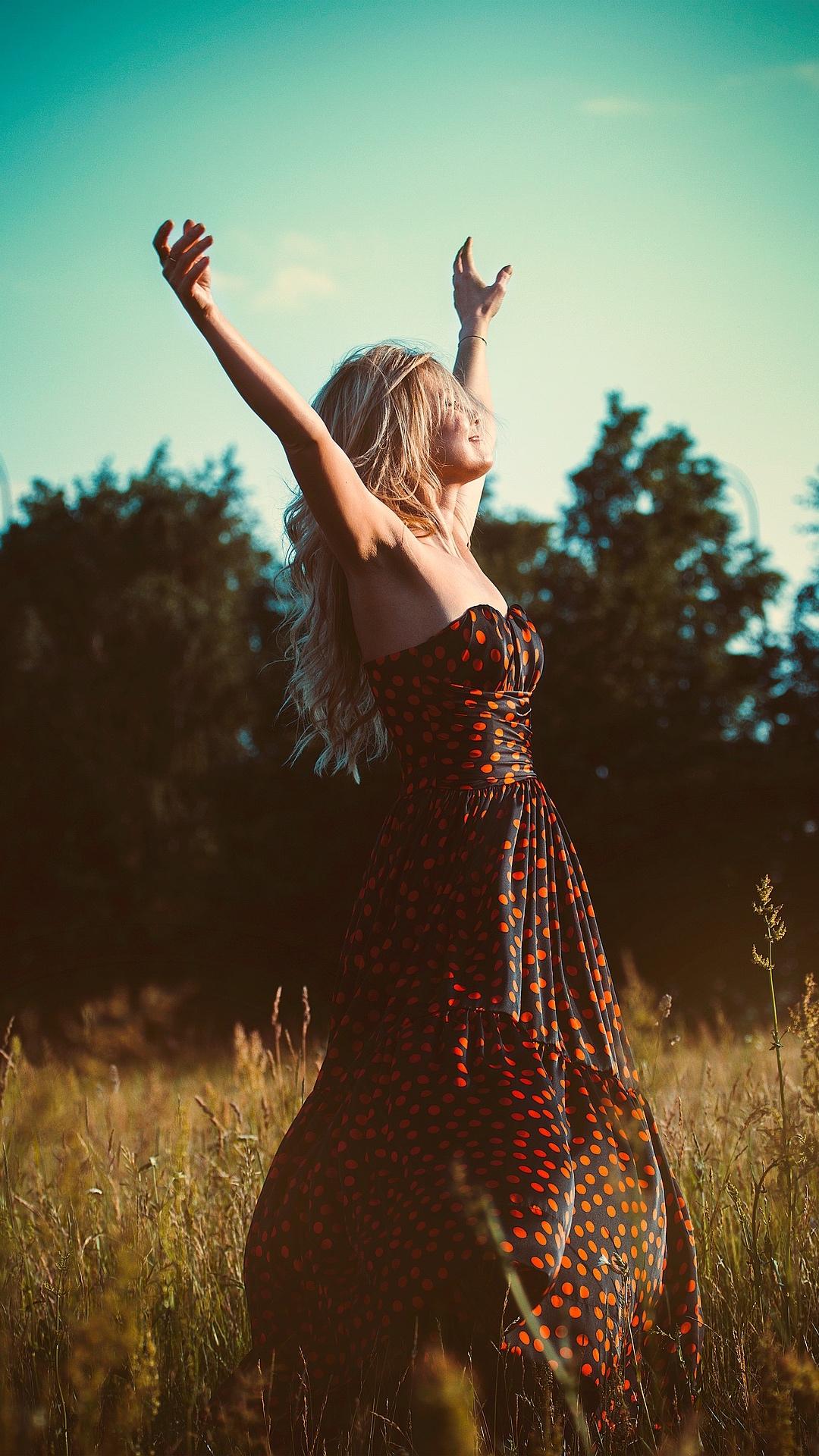 Sei bella - E non per quel filo di trucco.Sei bella per quanta vita ti è passata addosso,per i sogni che hai dentroe che non conosco.Bella per tutte le volte che toccava a te,ma avanti il prossimo.Per le parole spese invanoe per quelle cercate lontano.Per ogni lacrima scesae per quelle nascoste di notteal chiaro di luna complice.Per il sorriso che provi,le attenzioni che non trovi,per le emozioni che sentie la speranza che inventi.Sei bella semplicemente,come un fiore raccolto in fretta,come un dono inaspettato,come uno sguardo rubatoo un abbraccio sentito.Sei bellae non importa che il mondo sappia,sei bella davvero,ma solo per chi ti sa guardare.Angelo De Pascalis