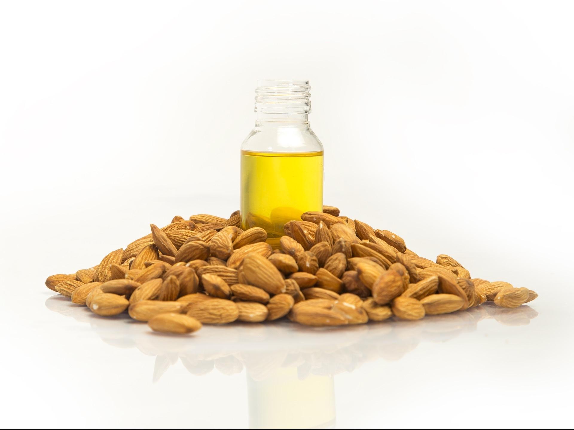 Per fare il nostro Olio di Mandorle Dolci utilizziamo solo la spremitura a freddo per ottenere un olio più puro e ricco di proprietà. -