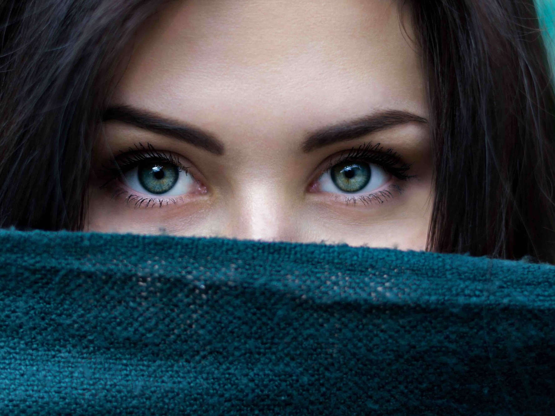 Cosa causa le borse e le occhiaie? - Con l'avanzare dell'età la nostra pelle subisce un processo di assottigliamento dei tessuti del contorno occhi causato della naturale degradazione delle fibre di collagene e dalla perdita di elasticità. La zona del contorno occhi è maggiormente predisposta allo sviluppo di piccole rughe, occhiaie e borse dovute alla diminuzione del microcircolo sanguigno.