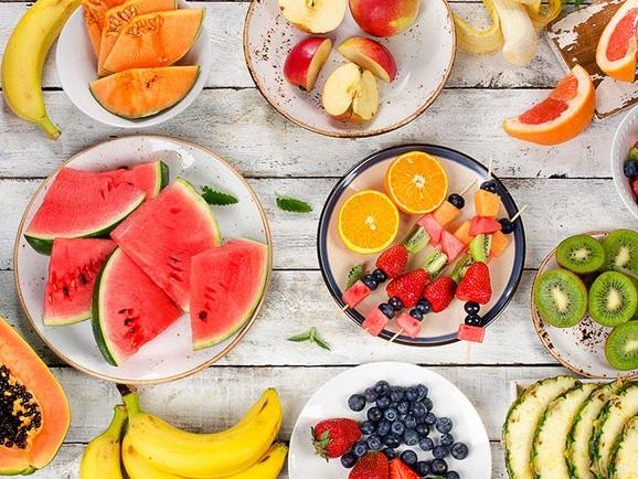 Frutta e verdura amici della pelle! - Le carote sono il cibo amico dell'abbronzatura per eccellenza grazie al beta-carotene. Anche i pomodori sono verdure ottime per una tintarella veloce perché contengono licopene, un efficace abbronzante ed antiossidante che protegge la pelle dall'invecchiamento e dai danni dell'esposizione solare.