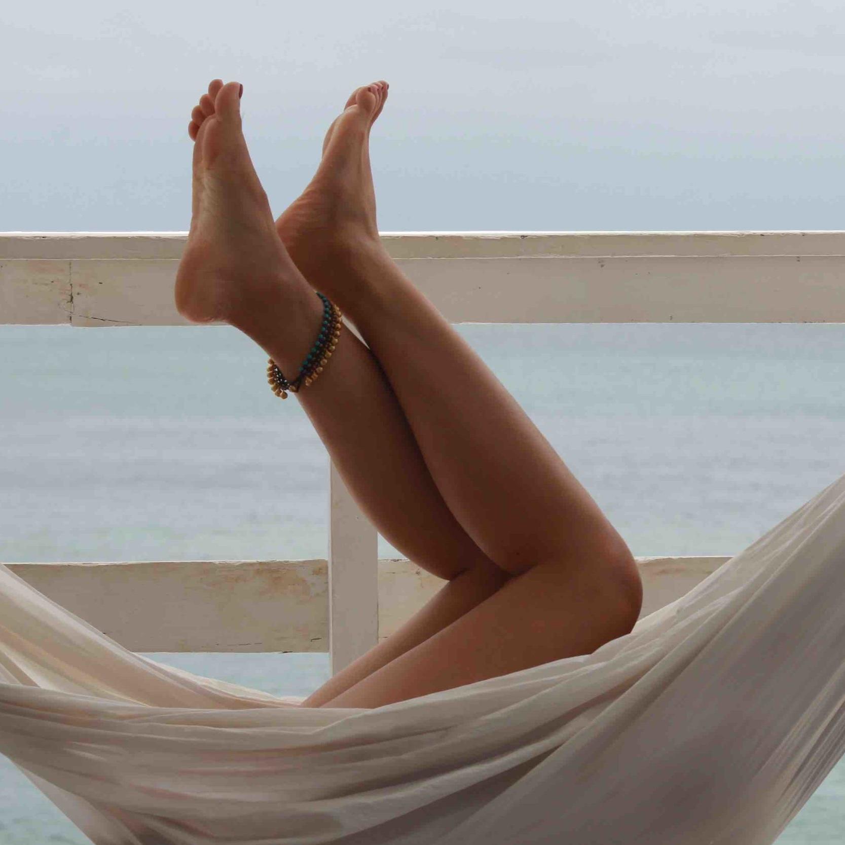 Effettuare un massaggio anticellulite - Prima di cominciare, sfregate le mani per riscaldarle.1 - Versate sul palmo della mano la Crema Anti Cellulite di Fiori di Cipria2 - Applicate la crema partendo dalla caviglia e proseguendo verso l'alto fino all'inguine3 - Massaggiate il piede partendo dall'attaccatura delle dita e proseguendo fino al tallone effettuando movimenti circolari con l'alluce4 - Accarezzate più volte la gamba, come per infilare una calza, premendo sempre di più ad ogni passaggio. Sopra le ginocchia, massaggiate verso l'esterno esercitando pressione con i soli pollici e risalite lungo le cosce