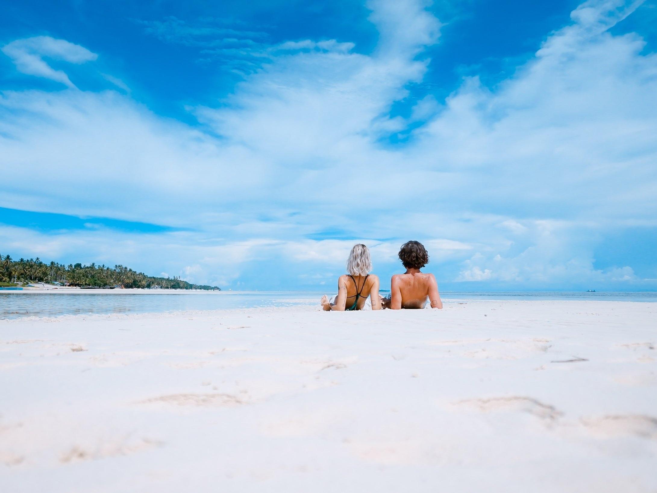 I raggi solari - Sono i principali responsabili dell'invecchiamento cutaneo perché innescano il rilascio dei radicali liberi nel nostro corpo. I raggi UVA penetrano negli strati più profondi della pelle causando invecchiamento precoce. I raggi UVB, invece, generano scottature ed eritemi negli strati più superficiali.