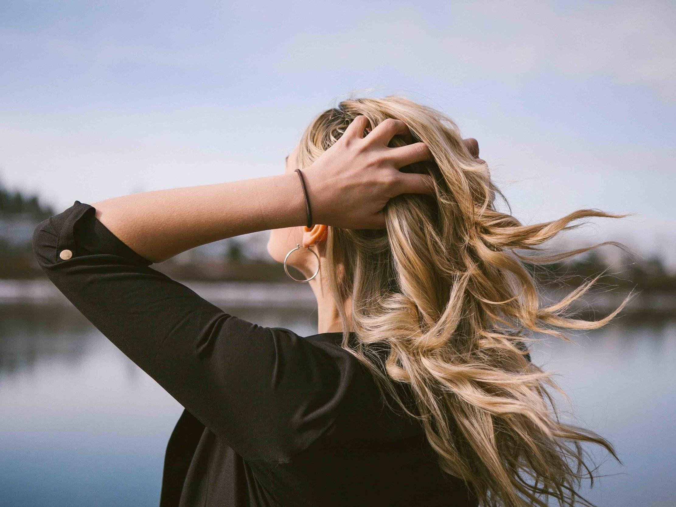 I capelli grassi - Sono la conseguenza di un'eccessiva produzione e/o fluidificazione del sebo. Il modo migliore per trattare il capello grasso è lavarlo con lo shampoo adatto.