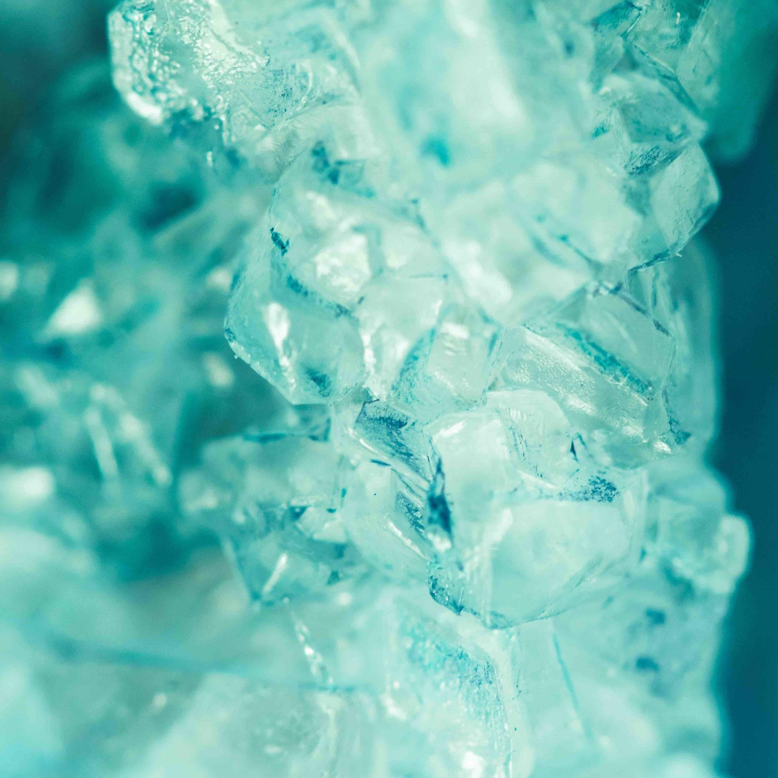 Sfrutta i benefici dell'acqua fredda - L'acqua fredda ha un effetto vasocostrittore immediato: stimola la circolazione sanguigna, migliora il ricambio cellulare e astringe visibilmente i tessuti. Prendi panno, meglio se di lino o cotone, bagnalo con dell'acqua con cubetti di ghiaccio e passalo sul seno.