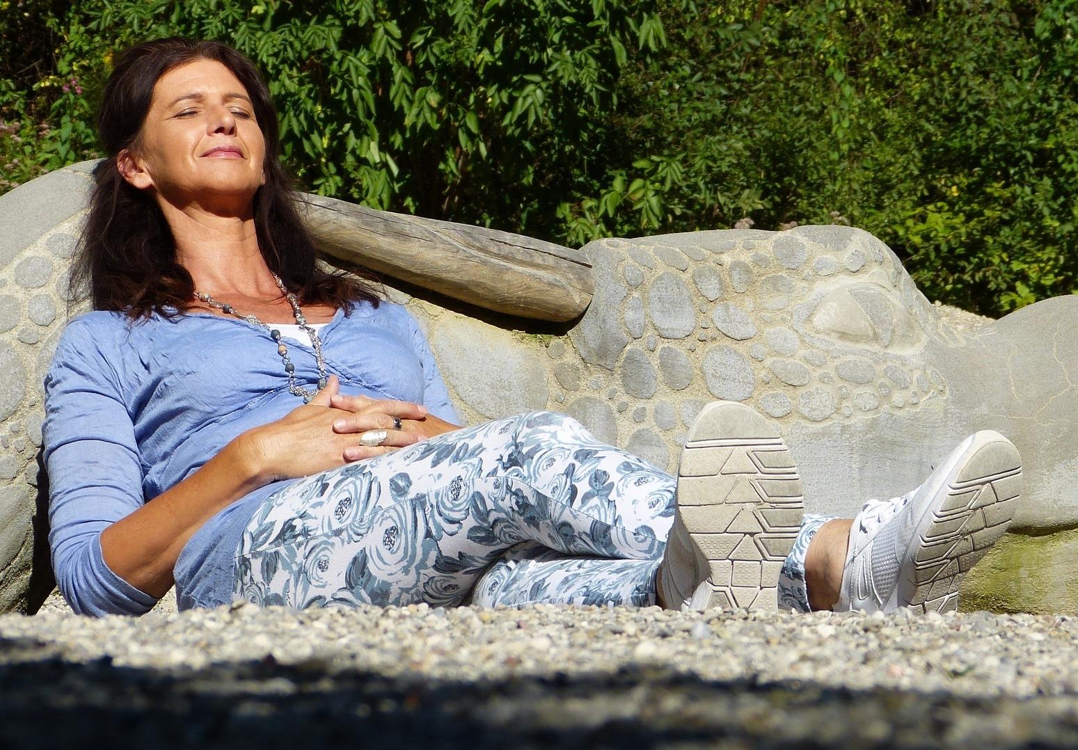 Menopausa - Le donne in menopausa subiscono cambiamenti a livello corporeo a causa dello scompenso ormonale derivante dalla perdita del ciclo mestruale. La silhouette si trasforma e la prima zona a modificarsi è proprio l'addome.In questa fase della vita così delicata è importante controllare il peso corporeo con un'alimentazione bilanciata e dell'attività fisica costante. Fare sport, inoltre, aumenta la produzione di calcio, indispensabile per contrastare l'osteoporosi.
