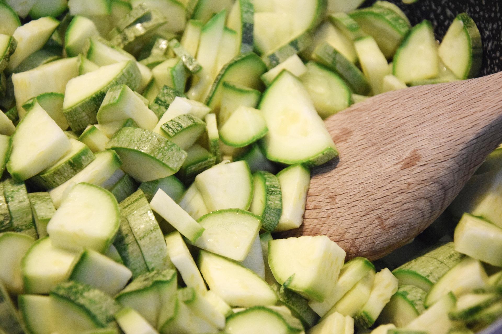 ZUCCHINA - La zucchina è un ortaggio estivo fresco e leggero. Contiene poche calorie (ca. 21 kcal per 100 gr di prodotto), è molto ricca di vitamina A e sali minerali, essendo composta per più del 90% di acqua. Si possono preparate piatti freddi come insalate di pasta o a base di altre verdure. Meglio non cuocerle eccessivamente per non perdere tutto il contenuto d'acqua e non distruggere i sali minerali presenti.