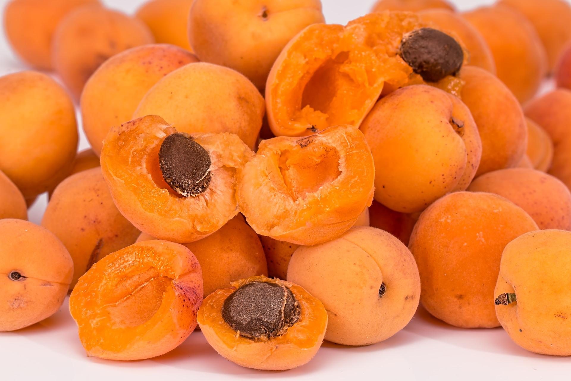 ALBICOCCA - Un frutto presente principalmente durante la prima parte dell'estate. Con sole 28 kcal per 100 gr è un cibo estivo ipocalorico adatto anche a chi è a dieta, nonostante abbia un sapore molto dolce. L'albicocca è ricca di calcio, potassio e fosforo e abbonda in vitamine A, B e C. È molto utile anche per rinforzare le difese immunitarie. Si preparano ottime confetture o marmellate ed è indicato anche come spuntino pomeridiano.