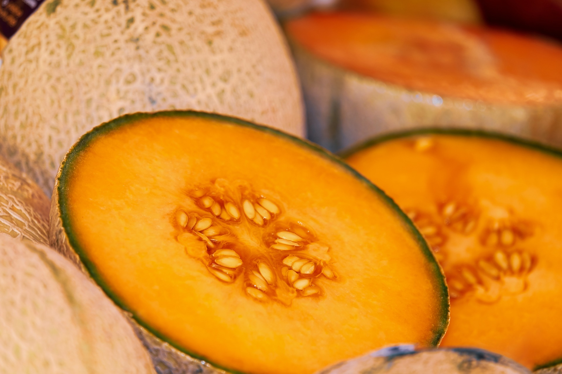 MELONE - Dolce e leggero!Anche se è molto dolce, il melone ha un contenuto calorico basso, solo 30 calorie per 100 gr. È fresco e gustoso ed è un perfetto depuratore naturale per l'organismo. Ha tantissimi sali minerali come potassio, calcio e fosforo. Non manca di vitamina C e vitamina B e A. La quantità di grassi è minore dell'1% per cui è un frutto estivo adatto anche a chi è a dieta.