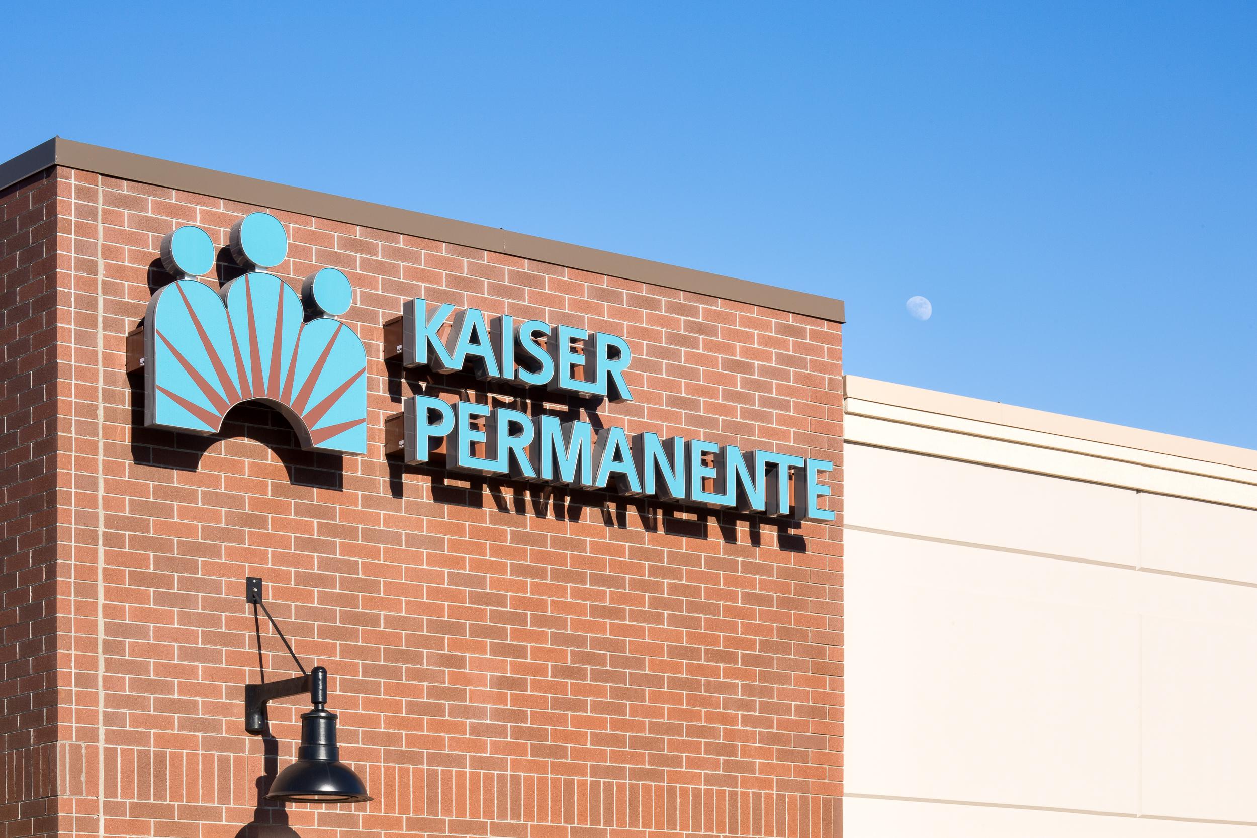 16-KaiserPerm-JoshPartee-7540-corner-signage.jpg
