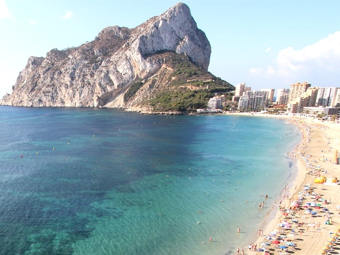 Calpe Playa Levante - One of the most popular beaches in Calpe, this beach has a large stretch of sand with accessible disabled ramps and is enclosed by a range of eateries & entertainment, including: restaurants, shops and ice cream parlours.