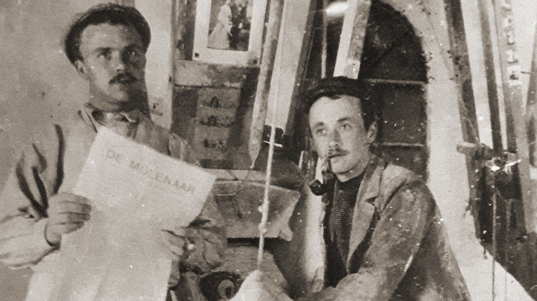 Bernard (rechts) en zijn broer Gerrit (links) in de St. Antoniusmolen in Eerde