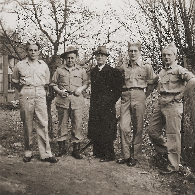 Bernard met enkele Indiëgangers uit Eerde (V.l.n.r.: Janus v.d. Meerakker,  Jan Dekkers, Bernard van Dam,  Albert Marinus en Frans van Dorst.)