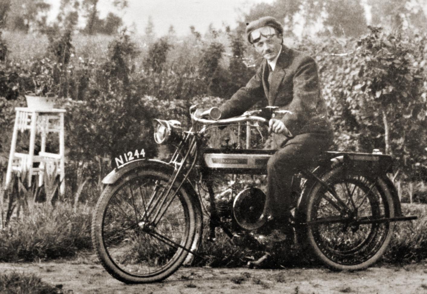 Bernard op zijn Douglas motorfiets.