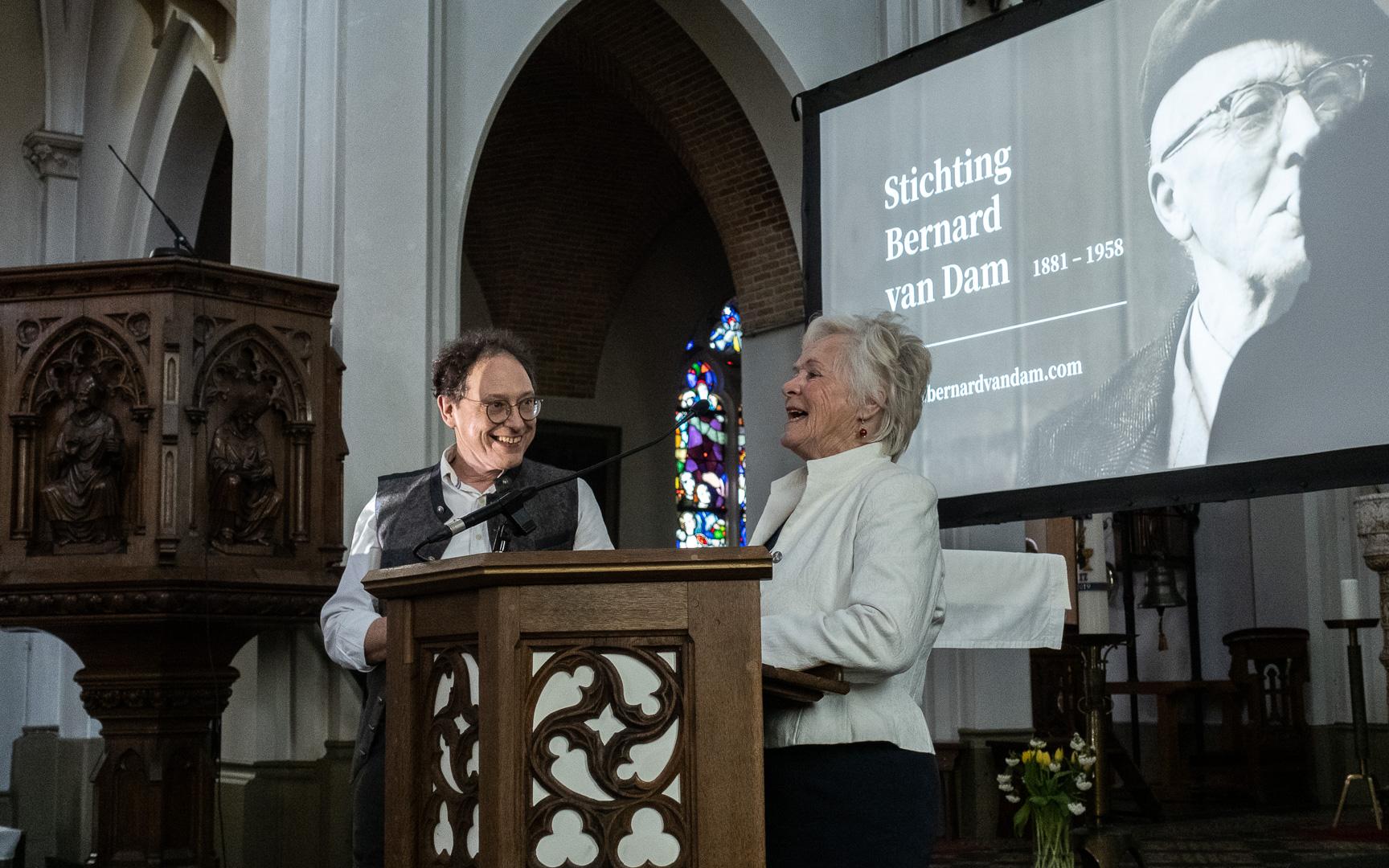 Gerard Rooijakkers (links) en bestuurslid Ans van Tilborg-Jansen (rechts) tijdens de prachtige middag in de Eerdse Kerk