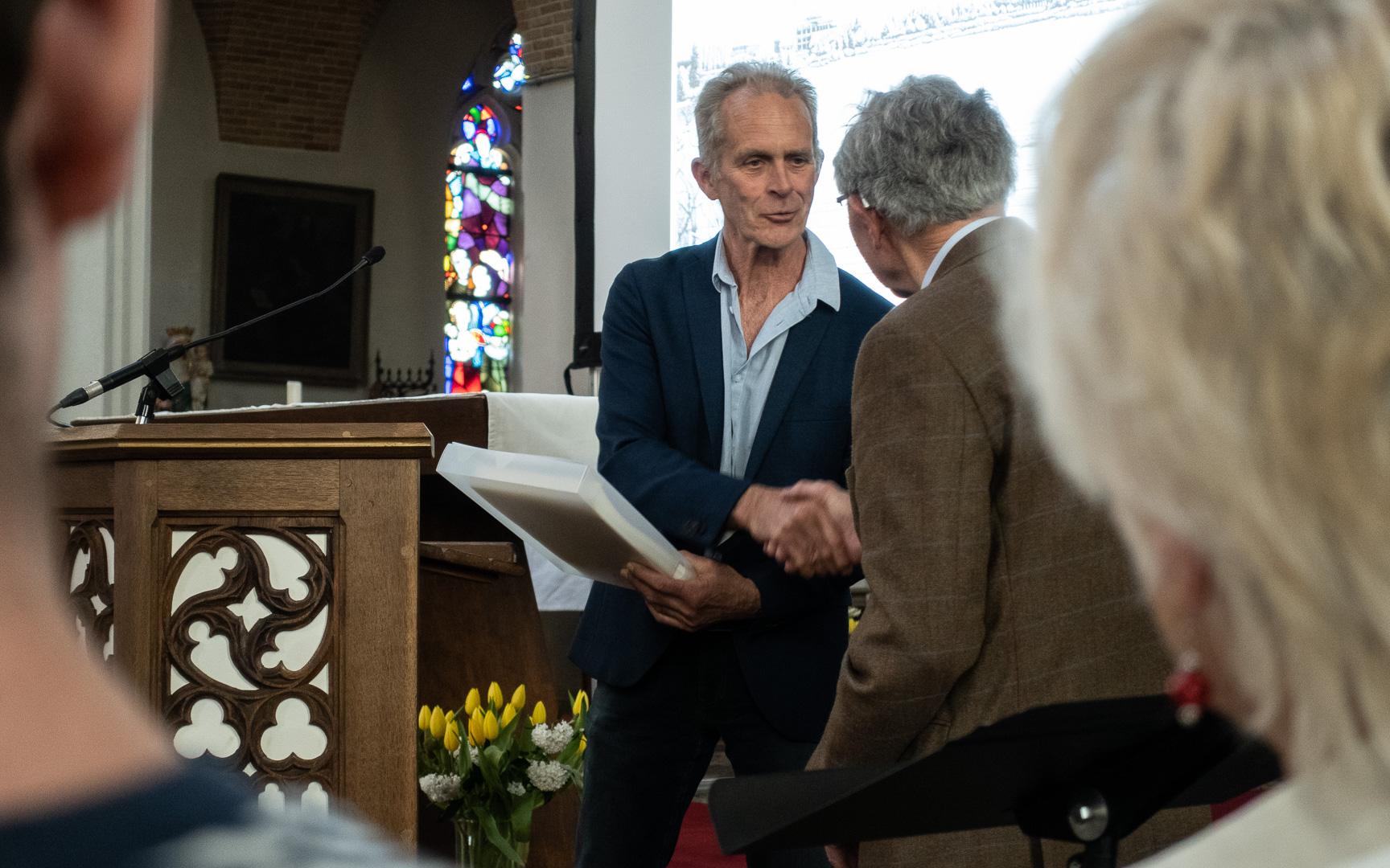 Ben van Dam (Voorzitter) overhandigt het eerste deel van Brabants Dorpsleven aan Ad Latijnhouwers